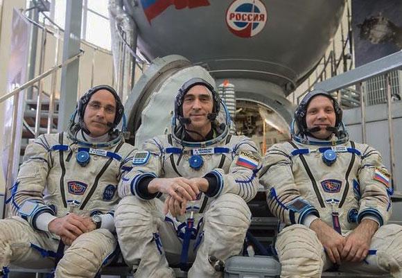 מימין: וגנר, איוונישין וקסידי באימונים ליד סימולטור של חללית סויוז באימונים לקראת המשימה | צילום: NASA