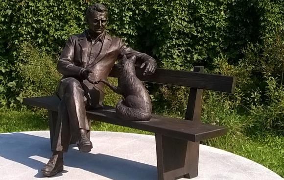 פסל של בליאייב עם שועל | צילום: Sirozha, ויקיפדיה
