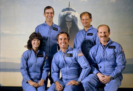 סאלי רייד עם צוות משימת STS-7. במרכז, מפקד המשימה, רוברט קריפן | צילום: NASA