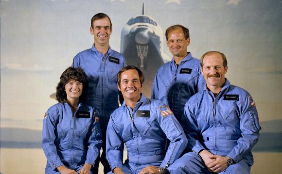 חברי וחברת הצוות של משימת STS-7. במרכז למטה: המפקד רוברט קריפן | צילום: NASA