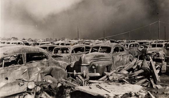 מגרש חניה כ-400 מטרים מנמל טקסס סיטי לאחר הפיצוץ | מקור: University of Houston Digital Library, נחלת הכלל