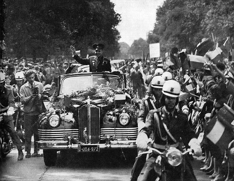 גיבור ברית המועצות והעולם כולו. גגרין במצעד ניצחון בוורשה, בירת פולין, 1961 | מקור: ויקיפדיה, נחלת הכלל