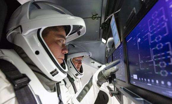 האסטרונאוטים הרלי ובנקן מתאמנים לשיגור בחללית דראגון | צילום: NASA