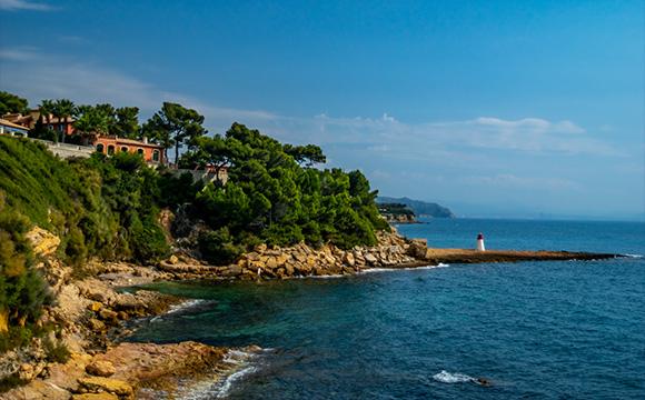 הפעילו שדה מגנטי על דגימות הבוצה. חוף קארי-לה-רואה בצרפת, שם נאספו הדגימות הראשונות | צילום: Shutterstock