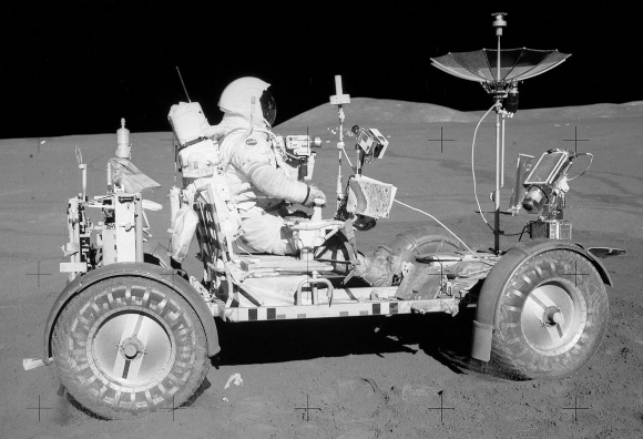 סקוט מתנסה בנהיגה חוץ-ארצית לאחר פריקת הרובר מרכב הנחיתה | צילום: NASA