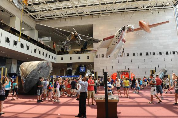 אבן דרך בהיסטוריה. האולם הראשי של מוזיון התעופה והחלל בוושינגטון. משמאל: תא הפיקוד של אפולו 11 | צילום: Jawed Karim, ויקיפדיה