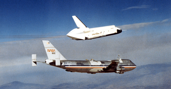 מעבורת הניסוי אנטרפרייז נפרדת מהמטוס הנושא אותו בניסויי הנחיתה הראשונים | צילום: NASA/Dryden Flight Research Center