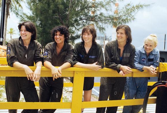 רייד (משמאל) עם ארבע מחברותיה לקבוצת האסטרונאוטים במהלך האימונים. משמאל: ג'ודית רזניק, אנה לי פישר, קתרין סליבאן, מרגרט סדון | צילום: NASA