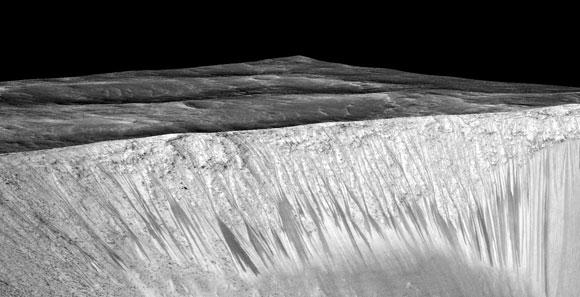 שיפועי ערוצים נשנים שצילם Mars Reconnaissance Orbiter במכתש גארני במאדים | מקור:  NASA/JPL/University of Arizona