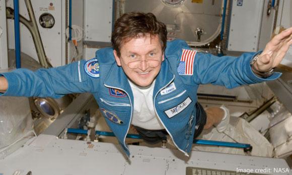 התייר היחיד שביקר פעמיים בחלל. איל ההון צ'ארלס סימוני מרחף בתחנת החלל הבינלאומית | צילום: NASA