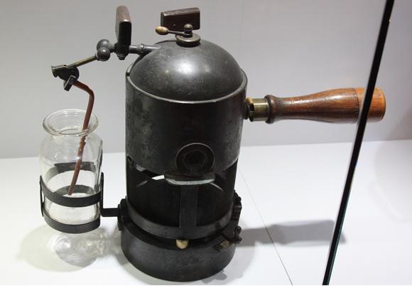 מתקן הריסוס המקורי ששימש אל ליסטר להתזת חומצה קרבולית, מוצג במויזאון בגלזגו | צילום: ויקיפדיה, Stephencdickson