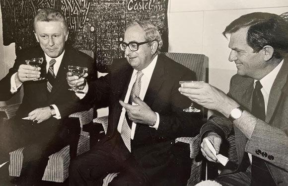 מקושר לכולם. בר-און (מימין) עם יצחק נבון, הנשיא החמישי של מדינת ישראל (במרכז) | צילום באדיבות משפחת בר-און