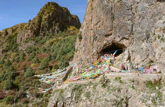 הכניסה למערה, מכוסה בדגלי תפילה | צילום: דונג-ז'ו ז'אנג
