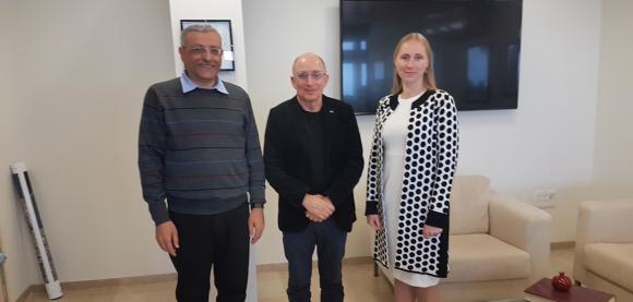 משפחה חדשה של חלבונים. פחימה (משמאל) וקלימיוק עם נשיא אוניברסיטת חיפה, רון רובין | צילום: אוניברסיטת חיפה