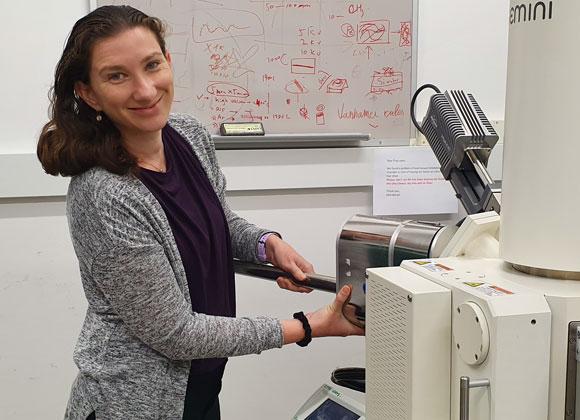 מהנדסה כימית של צבעים לחזית המחקר הביו-רפואי. וידבסקי במעבדה | צילום: נטע ורסנו