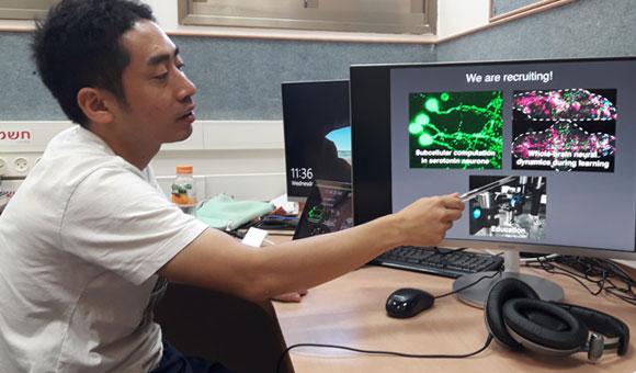 מרכיב מיקרוסקופ אור מיוחד כדי לבחון את פעילות תאי העצב במוח הדגים . קוואשימה במכון ויצמן | צילום: איתי נבו