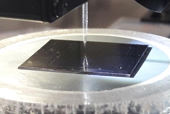 רובוט מזריק חומרים למערכת הניסוי, צילום: איתי נבו