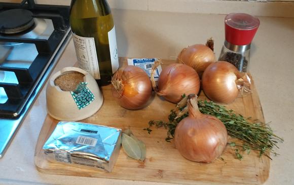 המרכיבים למרק הבצל | צילום: דפנה מנדלר
