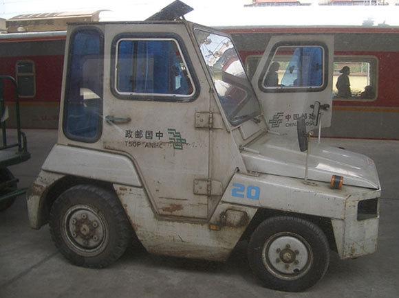 משאית דואר סינית: הכתב על הדלתות הוא תמיד מחזית הרכב קדימה, ולכן בדלת הימנית הכתב מופיע מימין לשמאל – כולל באנגלית: TSOP ANIHC | ויקיפדיה, Vmenkov