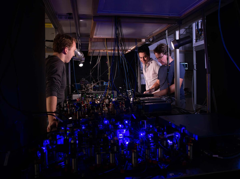 צוות החוקרים בעבודה על השעון האטומי החדש, Caltech