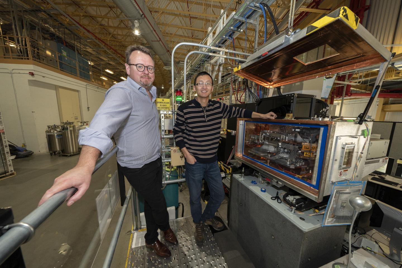 מובילי המחקר ומערכת הניסוי שלהם, קרדיט: Brookhaven National Laboratory