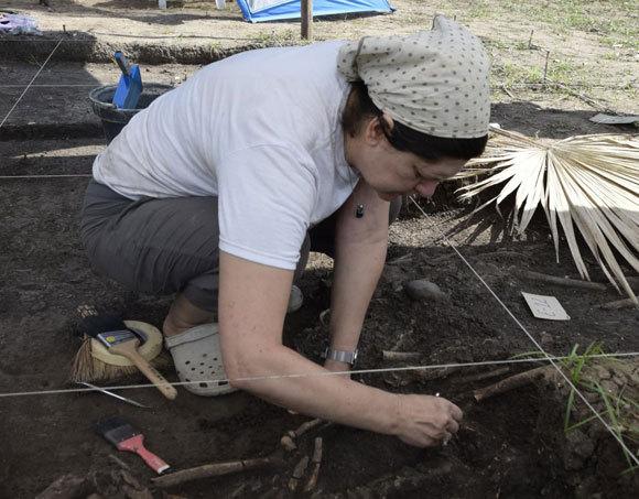 החוקרת Mirjana Roksandic בחפירות באתר בקובה | Luis Viera Sanfiel