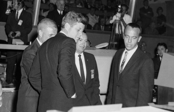 קראפט (במרכז) עם הנשיא קנדי (משמאל) במרכז הבקרה, ועם האסטרונאוטים אלן שפרד (מימין) וג'ון גלן (מוסתר חלקית) | מקור: NASA