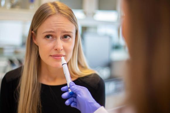 משתתפת במחקר מריחה את אחת הדוגמיות | קרדיט: Jón Gústafsson, deCODE Genetics - Amgen Inc