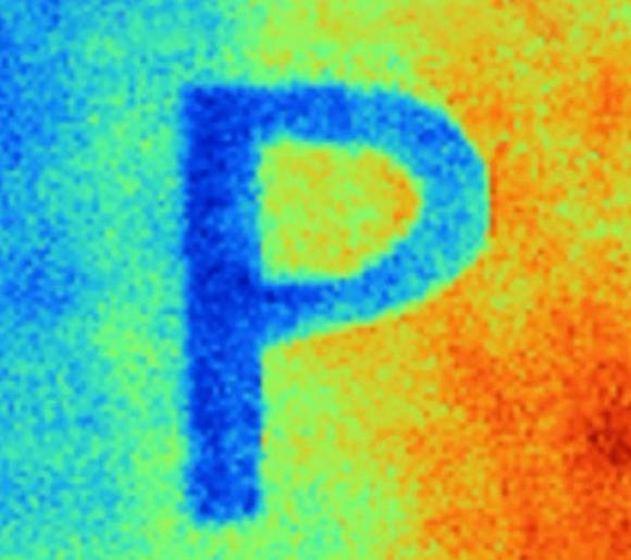 תמונה באור תת-אדום שמראה שהאות P, שנצבעה בצבע המקרר, קרה יותר בהשוואה לסביבתה, שנצבעה בצבע רגיל | Xiangyu Li, PhD student of the School of Mechanical Engineering at Purdue University