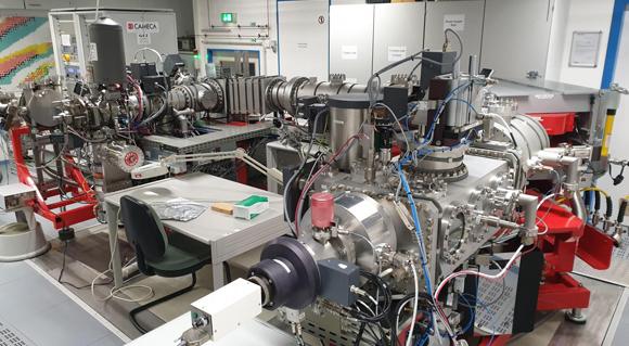 ספקטרומטר מסה ומכשירים נוספים מהמעבדה בגרמניה שבחנה את המאובנים | תמונה: Frédéric Coffignal