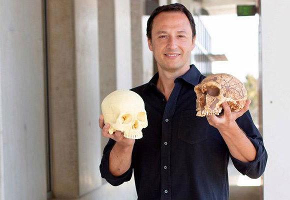 החוקר אליסון מוטרי (Muotri) מחזיק גולגולות של ניאנדרטל ושל אדם מודרני | UC San Diego Health Sciences