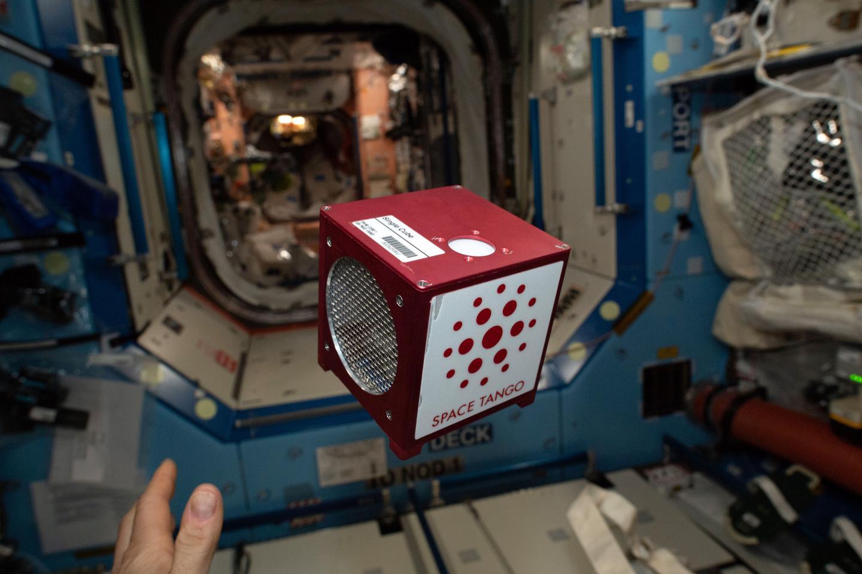 צילום של המיכל עם תאי הגזע מרחף בתחנת החלל, Space Tango