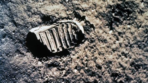 העקבות משתמרים היטב בחול בזכות החספוס של הגרגירים. טביעת המגף של באז אולדרין באפולו 11 | צילום: NASA