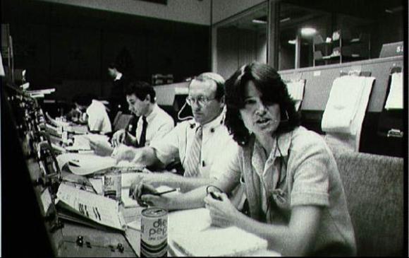 רייד בעמדת התקשורת בחדר הבקרה במהלך משימה של המעבורת קולומביה | צילום: NASA
