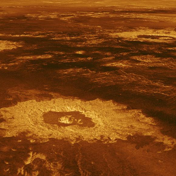 בתמונה זו של מגלן נראית פעילות געשית וגם מכתשים שנוצרו מפגיעת אסטרואידים | NASA/JPL-Caltech