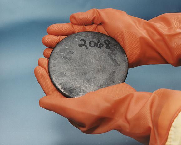 דיסק עשוי אורניום מועשר מתכתי   US Department of Energy