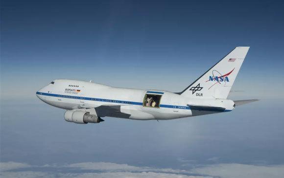 הטלסקופ מרחף הרחק מעל אדי המים האטמוספריים. מטוס SOFIA עם דלת הטלסקופ הפתוחה סמוך לזנב | צילום: NASA