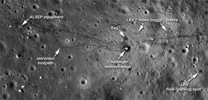 אתר הנחיתה של אפולו 17 בצילומי LRO. קל להבחין בשבילים שהותירו רגלי האסטרונאוטים ורכב השטח | צילום: NASA