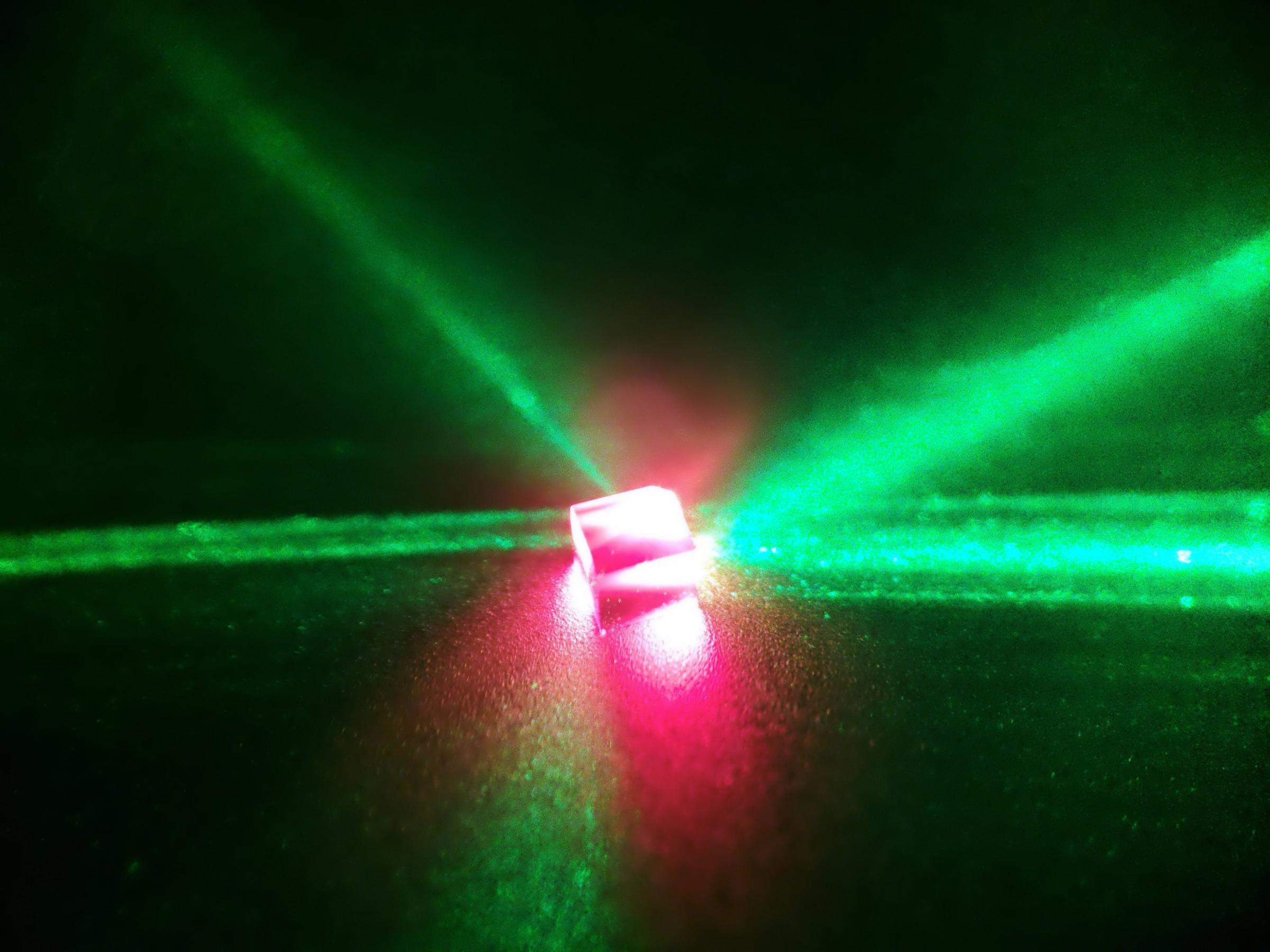 נקודת מפגש בין העולם הקוונטי לפיזיקה הקלאסית. גביש יהלום מואר בלייזר | צילום: Jonathan Breeze, Imperial College London