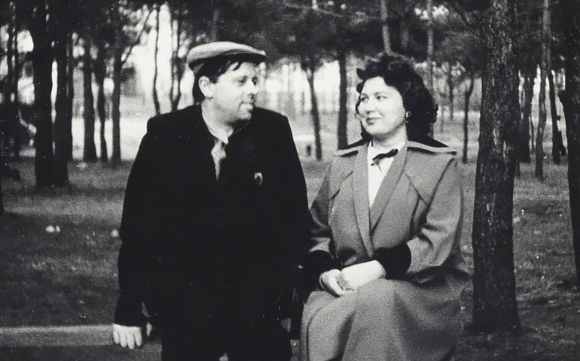 אהבה שנולדה במפעל תחמושת בזמן המלחמה. סחרוב עם אשתו קלאבדיה בראשית דרכם המשותפת | מקור: www.sakharov.space