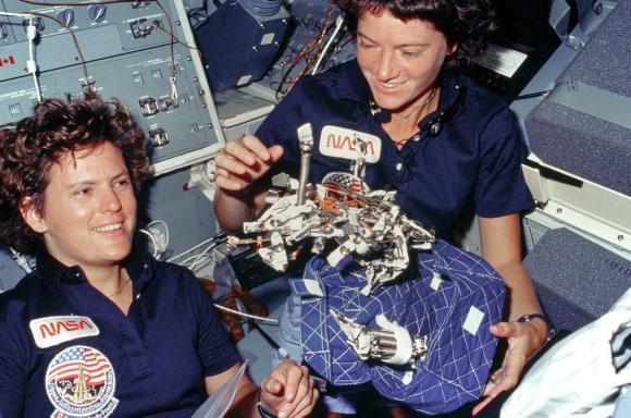 רייד (מימין) במשימת החלל השנייה שלה, עם סליבאן | צילום: NASA