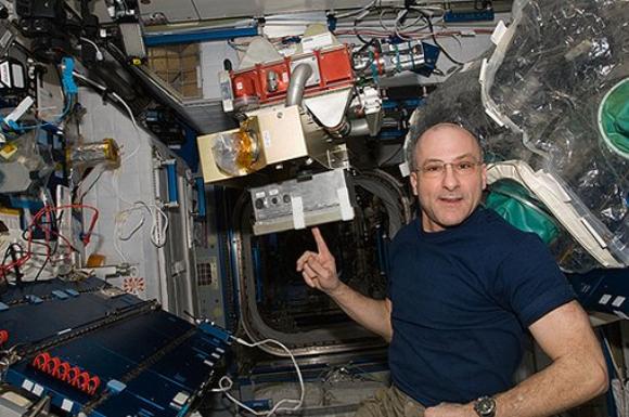 رجل الفضاء دون بتيت في محطةِ الفضاء الدُّوليةِ وممصفاةٍ ثاني أكسيد الكربون. | تصوير: NASA