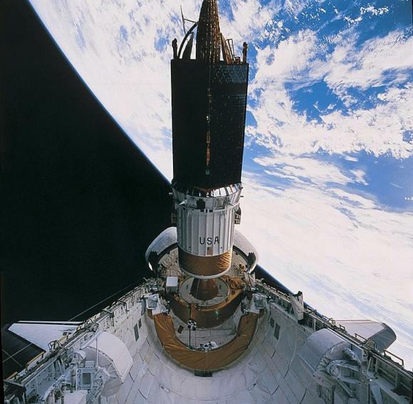 החלק התחתון של הלוויין (בלבן) הוא מנוע רקטי שייקח אותו למסלול גבוה יותר | צילום: NASA
