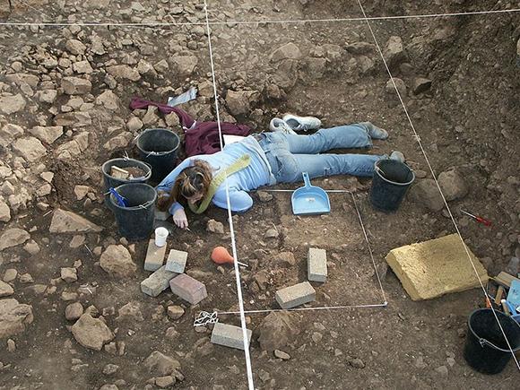 חפירת מבנה נטופי בטרסת מערת הנחל, הר הכרמל | צילום: ראובן ישורון, ויקיפדיה