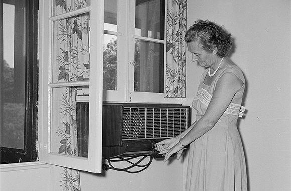 A window air conditioner in the Netherlands in the 1950's. | Source: Willem van de Poll, Nationaal Archief, wikipedia
