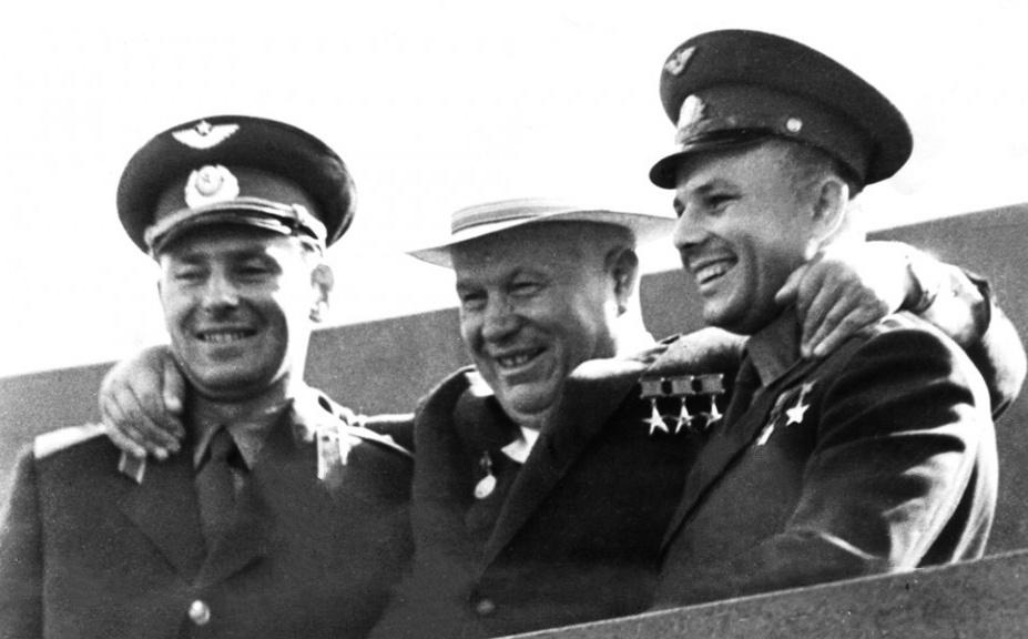 גגרין (מימין) עם מנהיג ברית המועצות חרושצ'וב (במרכז) עם הקוסמונאוט גרמן טיטוב בכיכר האדומה, 1961 | מקור: הארכיון הלאומי ההולנדי
