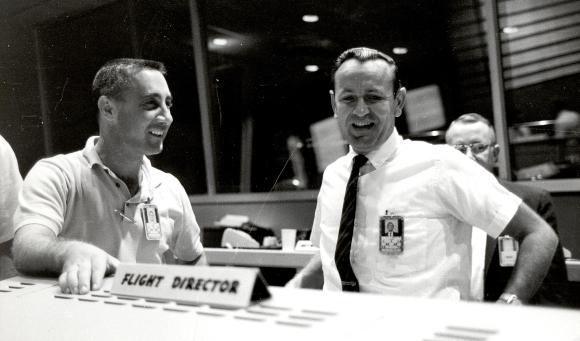 איבד חבר קרוב. קראפט (מימין) עם האסטרונאוט גאס גריסום, שנהרג לאחר מכן בשריפה באפולו 1 | צילום: NASA