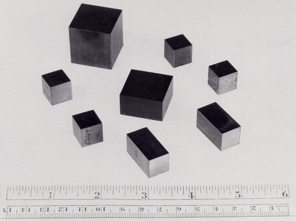 דלק לכורים גרעיניים: קוביות אורניום | צילום: משרד האנרגיה האמריקאי, ויקיפדיה, נחלת הכלל