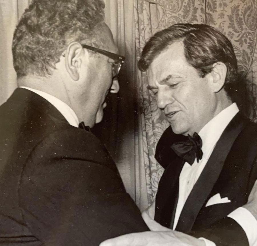 קשרים מצוינים גם בוושינגטון. בר-און (מימין) עם שר החוץ של ארצות הברית, הנרי קיסינג'ר | צילום באדיבות משפחת בר-און