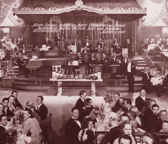 כוכב עולה גם בין כוכבי הקולנוע. טקס האוסקר של שנת 1937 | מקור: Oscars.org